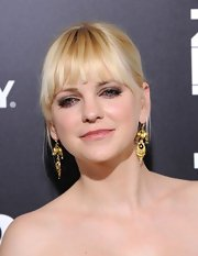 Anna Faris accented her updo with dangly gold earrings.