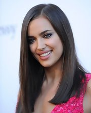Irina Shayk chose a soft and romantic shade of pink to make her pout stand out!
