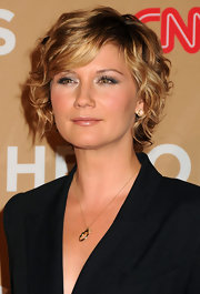 Singer Jennifer Nettles walked the red carpet at the 4th Annual CNN Heroes: An All Star Tribute wearing 18-karat gold Rock Candy Lollipop stud earrings in clear quartz with diamonds.