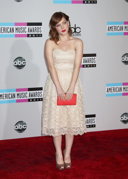 Jane Levy added the perfect amount of color to her feminine blush lace dress with a bring pink Bonsoir Samira clutch at the AMAs.