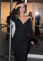 Kate Beckinsale paired a black box clutch with a figure-hugging gown for the 2016 Guggenheim International Gala.