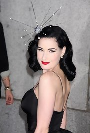 At the Night of Stars awards Dita is wearing a beautiful headband that makes her the true star of this event.