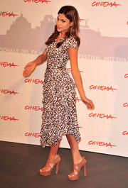 Eva Mendes looked ladylike turn in towering nude Miu Miu pumps and a modest tea-length dress. Although Eva is often cast in sultry film roles, she gravitates towards refined red carpet looks.