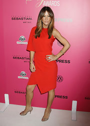 Robin wore a neutral pair of leather peep-toed pumps to make sure her red dress was the main attraction.