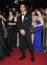 Matthew wore a classic black suit with shining lapels and a bow tie for the Academy Awards.
