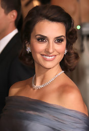 Penelope Cruz wore her hair in lovely soft waves with glamorous side-swept curls at the 84th Annual Academy Awards.