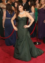 Idina Menzel kept it classic in a forest green strapless gown with a bustled train for the 2014 Academy Awards.