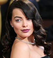 Margot Robbie looked daring at the 2014 Academy Awards wearing a bold berry lip color.