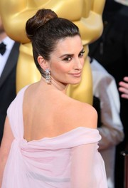 To complement her sweet pink gown, beauty Penelope Cruz donned a modern ballerina bun.