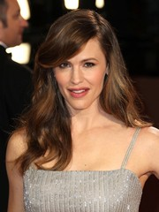 Jennifer Garner channeled retro elegance at the 2014 Academy Awards with soft, seductive waves with swooping bangs.