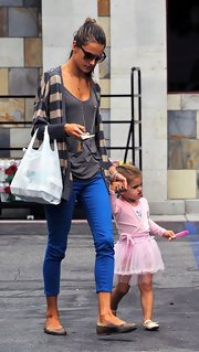 Alessandra was right on-trend in this pair of skinny blue capris.