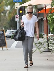 Amanda stuck to a pair of tapered sweatpants for her casual look.