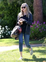 Amanda Seyfried teamed her top with capri jeans.