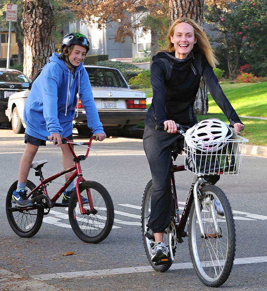 http://www2.pictures.stylebistro.com/fp/Amber+Valletta+Family+Out+Bike+Ride+Brentwood+1XEUkyk7tY0l.jpg