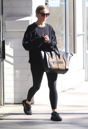 Ashlee Simpson donned a black sweatshirt and matching leggings for yoga class.