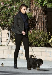 Mila Kunis completed her dark outfit with a pair of leggings.