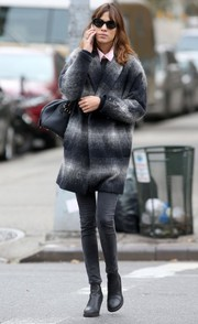 Alexa Chung put her lanky legs on display in gray skinny jeans.