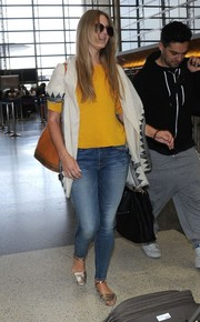 Lana Del Rey finished off her comfy travel look with flat gold sandals.
