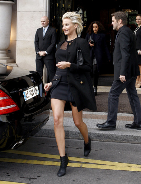 Cameron Diaz paired her look with black ankle boots.