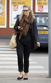 Catherine Tyldesley looked chic even while running errands in Manchester. Her all-black look was completed with a rich-looking animal print scarf and a pair of simple slingback flats with bow details.