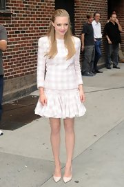 Amanda proved that you can wear tweed in the summer when she donned this houndstooth-tweed pink-and-white  top with a matching skirt on 'The Late Show With David Letterman.'