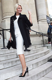 Cameron Diaz wore a white sheath dress with a peplum under her black swing coat for the Chanel Haute Couture show.
