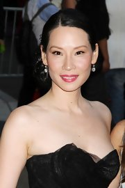 Lucy Liu accented her classic chignon with 4.0-carat cushion-cut diamond drop earrings.