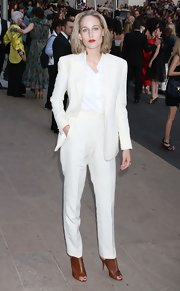 Leelee Sobieski teamed her sleek white suit with a pair of cognac leather peep-toes.