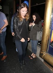 To top off her concert-going look, Olivia chose a pair of dark-wash skinny jeans.