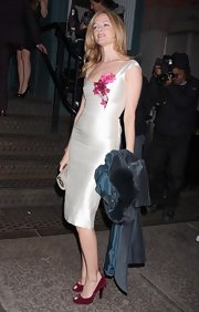 Heather complemented the floral detailing on her dress with a raspberry red pair of peep-toed pumps.