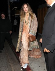 Suki Waterhouse finished off her attire with a simple brown leather bag.