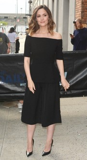 Rose Byrne complemented her top with black culottes, also by Lela Rose.