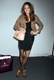 Louise Roe added a classic touch to her look at the Rebecca Minkoff show with a nude leather chain strap purse.