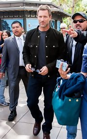 Aaron Eckhart chose a fitted black jacket for his casual daytime look while visiting 'Extra.'