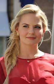 Jennifer Morrison topped off her soft and pretty beauty look with this pretty pink lip color.