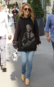 Celine Dion completed her youthful outfit with light-wash skinny jeans.
