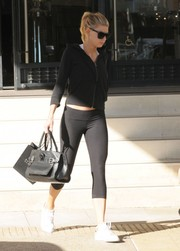 Charlotte McKinney sealed off her sporty outfit with a pair of black leggings.