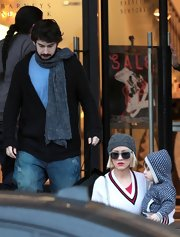 A chunky scarf keeps Jordan warm while shopping with the fam.