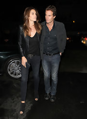 Cindy Crawford maintained her urban minimalism in a pair of black skinny jeans and a leather jacket.