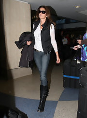 Cindy traveled in skinny jeans, a puffy vest and black leather boots complete with buckled detailing.