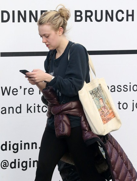 Dakota Fanning Printed Shoulder Bag