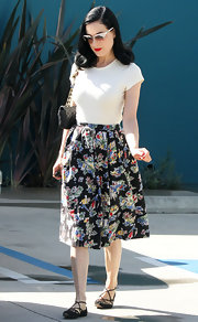 Dita Von Teese finished off her girly skirt with a classic black quilted bag.