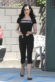 Dita Von Teese made even a simple workout ensemble look good when she paired this fitted blouse with a pair of black leggings.