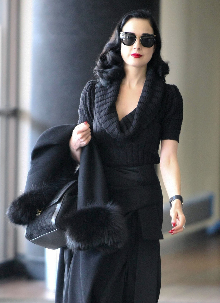 https://www2.pictures.stylebistro.com/fp/Dita+Von+Teese+Takes+Flight+Out+LAX+PcKxyOpAk6bx.jpg