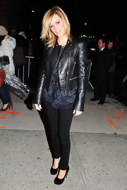 Elizabeth Banks accessorized with black patent leather pumps.