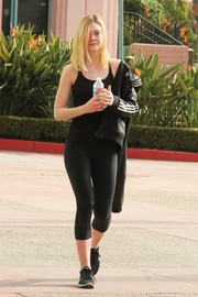Elle Fanning teamed her tank top with a pair of black leggings.
