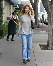 Ellen Pompeo looked super-comfy running errands in a baggy pair of cuffed boyfriend jeans.