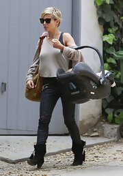 Elsa Pataky was casual but cool in this off-the-shoulder slouchy top.