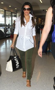 Eva Longoria chose a pair of army-green skinny jeans to complete her airport look.