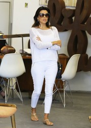 Eva Longoria completed her all-white outfit with a pair of skinny pants.